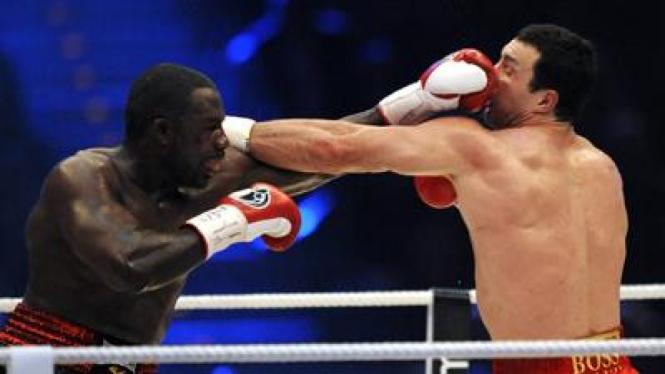 Hasim Rahman (kiri) bertukar pukulan dengan Wladimir Klitschko