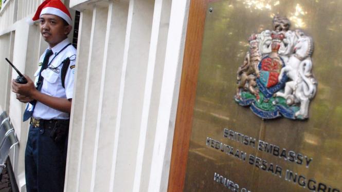 Petugas bertopi Sinterklas di Kedutaan Besar Inggris di Jakarta