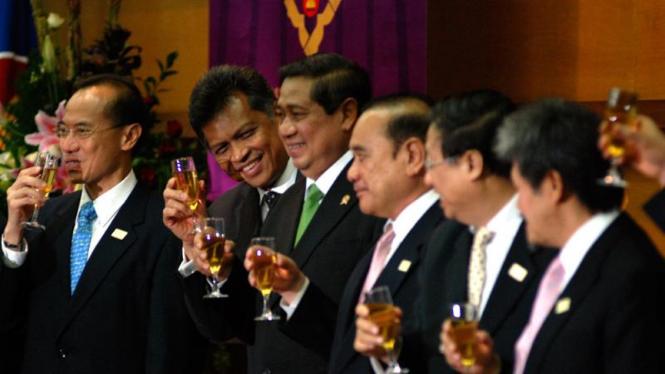 Presiden Susilo Bambang Yudhoyono bersulang bersama 10 wakil negara ASEAN.