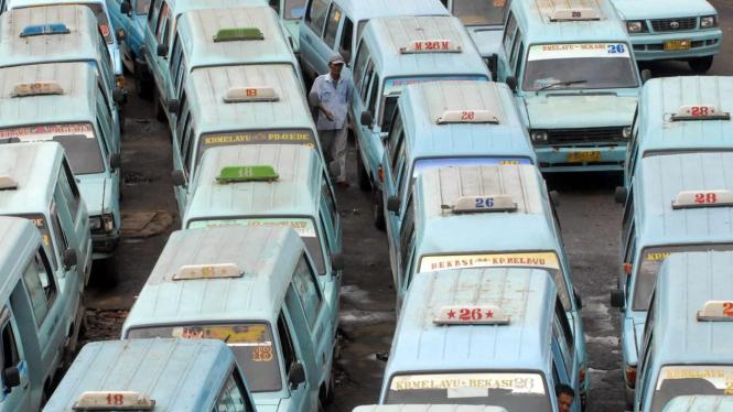 Angkutan umum dalam kota berjejer di Terminal Kampung Melayu