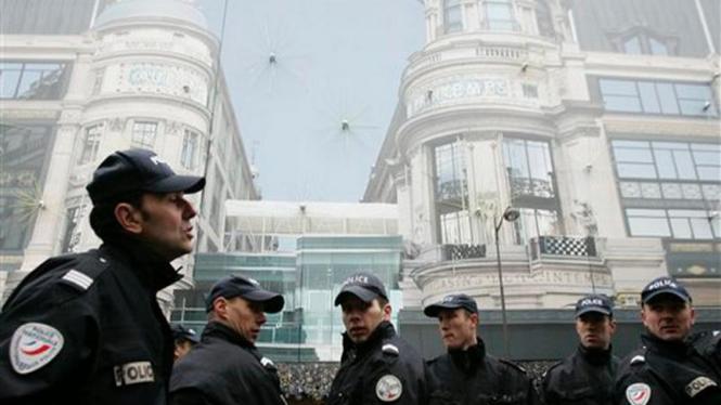 Polisi berjaga di depan sebuah pusat perbelanjaan di Paris