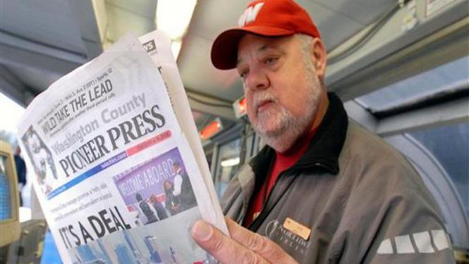 Pembaca koran di Bandara Minneapolis-St.Paul International Airport, AS