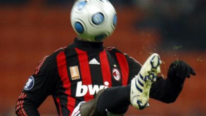 Clarence Seedorf mencoba mengontrol bola saat Milan menjamu Wolfsburg