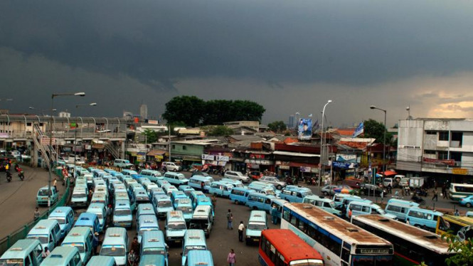Antrian angkot dan bis umum di Terminal Kampung Melayu