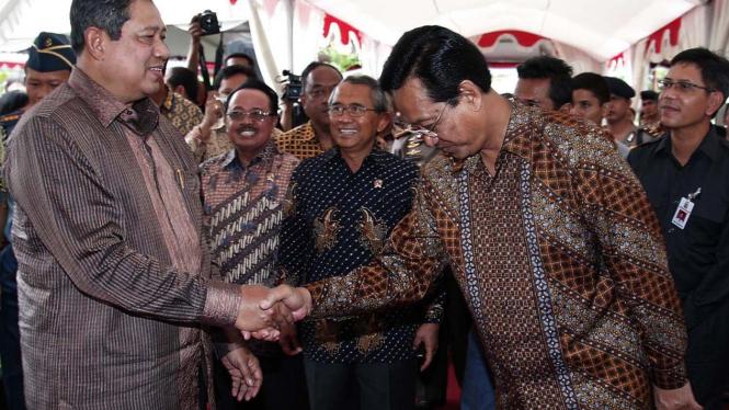 Susilo Bambang Yudhoyono menyalami Sri Sultan Hamengku Buwono X