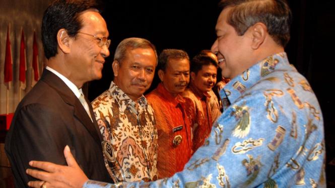 Presiden Yudhoyono memberi penghargaan untuk Sri Sultan Hamengku Buwono X