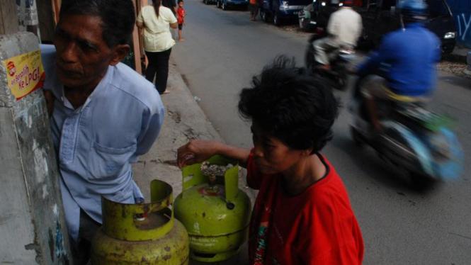 Seorang ibu rumah tangga pengguna gas elpiji 3 kg.