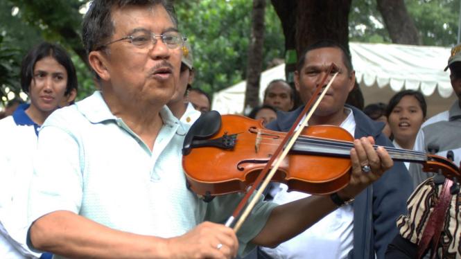 Jusuf Kalla bermain biola