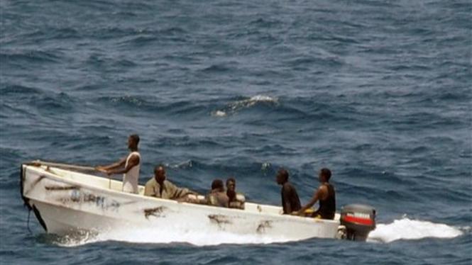 Sekelompok perompak meninggalkan kapal MV Faina di perairan Somalia