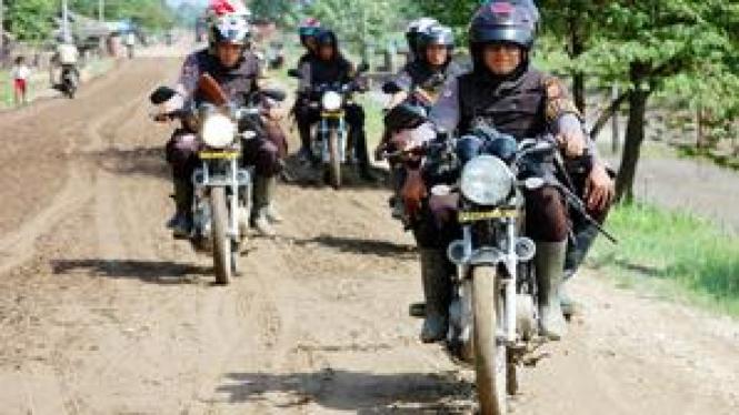 Polisi di Aceh saat tugas patroli.