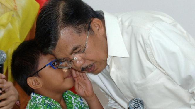 Seorang murid TK berbisik tentang kemiskinan pada Jusuf Kalla