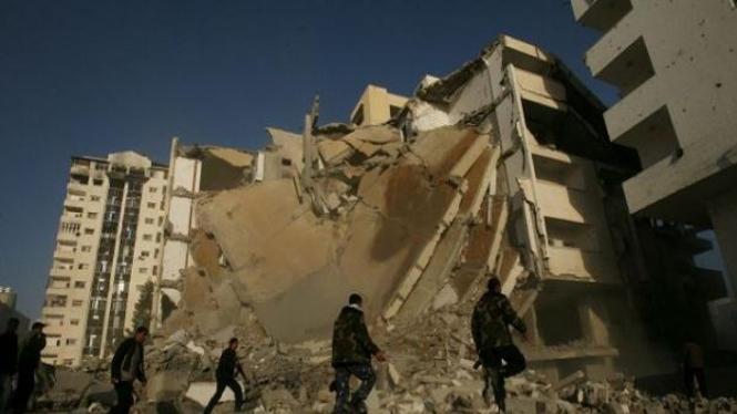 Gedung di Gaza hancur lebur akibat serangan udara Israel