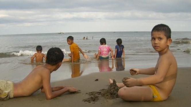 Anak-anak bermain di Pantai