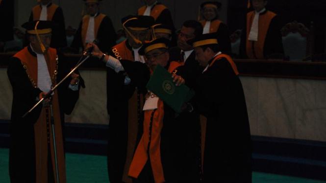 Wakil Ketua Mahkamah Agung Harifin A Tumpa terjatuh saat melantik 6 hakim agung