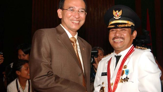 Suryadharma Ali menyalami Bupati Bogor terpilih Rachmat Yasin
