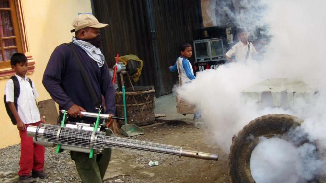 Penyemprotan memberantas nyamuk demam berdarah dengue