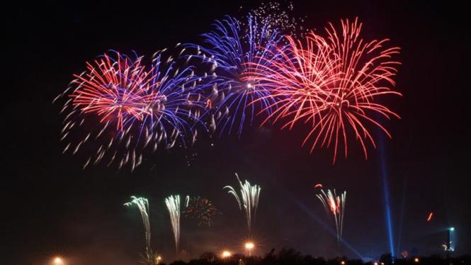 Kembang api menyambut malam Tahun Baru.