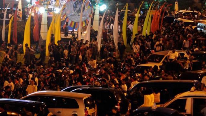 Ribuan warga memadati Taman Impian Jaya Ancol di malam pergantian tahun