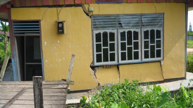 Rumah rusak akibat gempa Manokwari yang terasa di Sorong