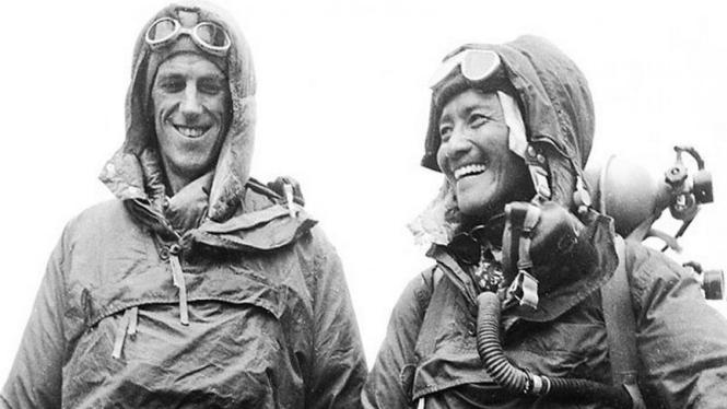 Sir Edmund Hillary (kiri) saat menaklukkan Everest