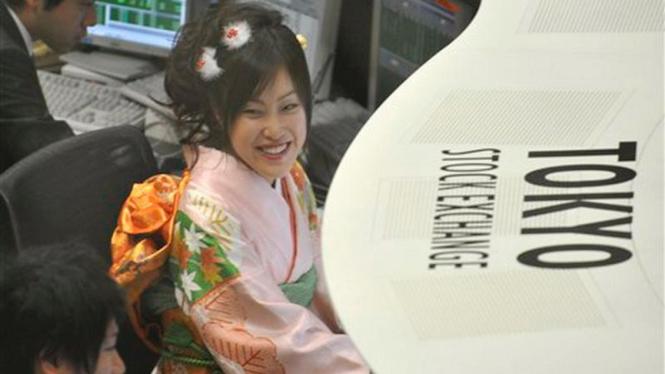 Seorang pialang memakai kostum tradisional di Bursa Saham Tokyo