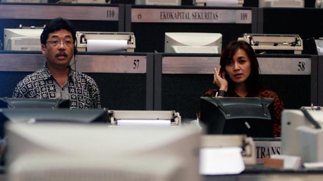 Pialang di lantai Bursa Efek Indonesia