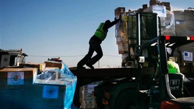 Seorang petugas Israel mengangkut bantuan ke Jalur Gaza
