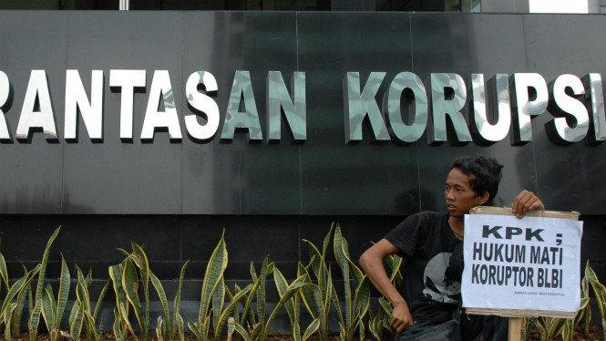 Seorang pengunjuk rasa di depan kantor KPK