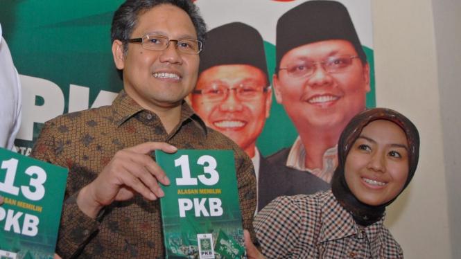 Muhaimin Iskandar & Gita KDI pegang buku 13 Alasan Memilih PKB
