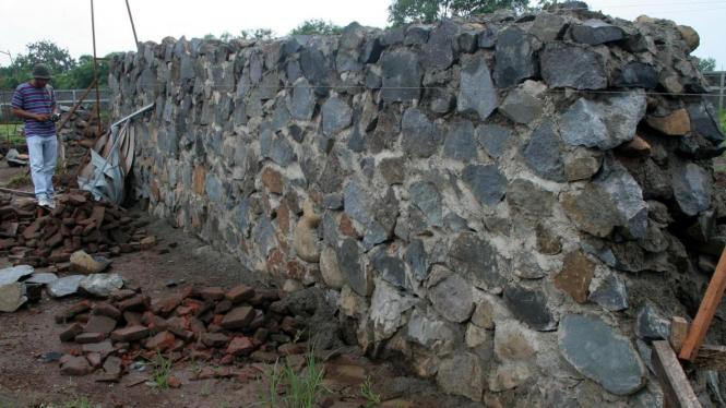 pondasi proyek pembangunan Majapahit Park di Trowulan, Mojokerto, Jawa Timur