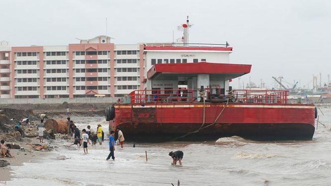 Kapal bermuatan milik Pertamina karam di Marunda