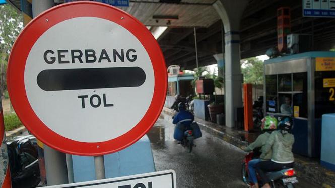 Motor masuk jalan tol menghindari banjir