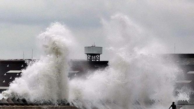 Gelombang besar di Teluk Jakarta