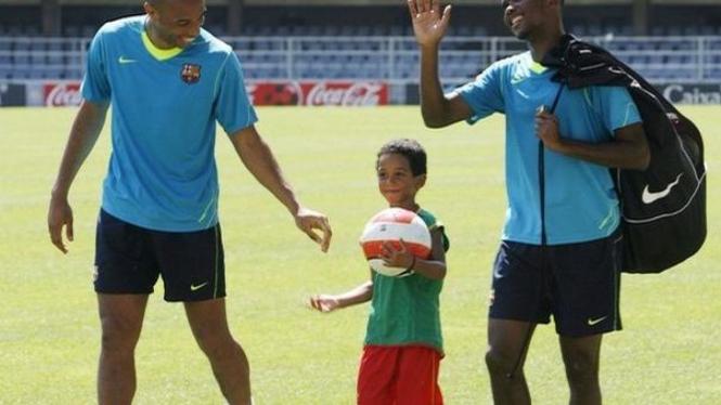 Samuel Eto'o (kanan) bersama anaknya & Thierry Henry