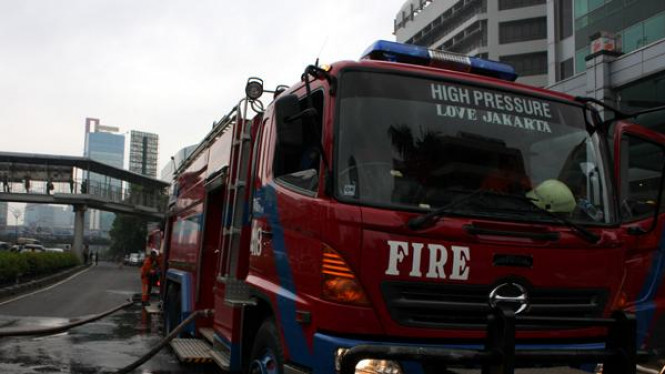Kebakaran melanda lantai 20 Wisma Bakrie 2, Kuningan, Jakarta Selatan.