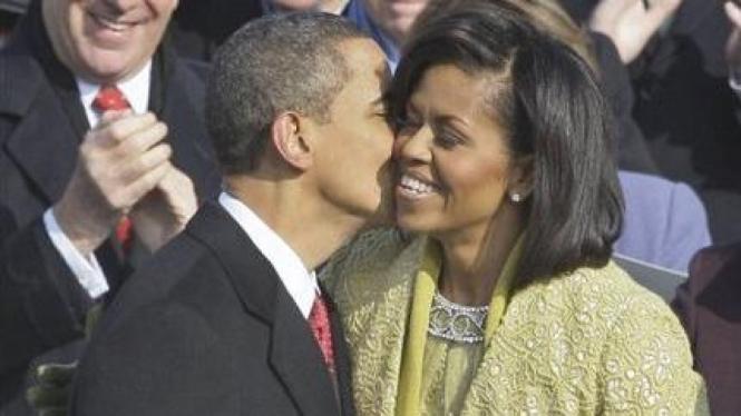 Barack Obama mencium Michelle Obama setelah dilantik sebagai Presiden AS