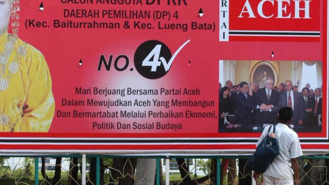 Atribut kampanye partai lokal Partai Aceh