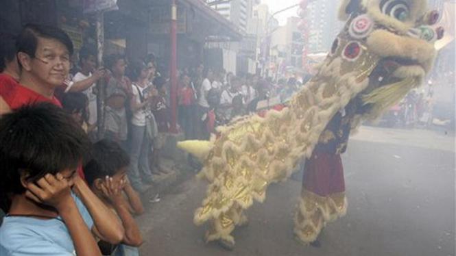 Perayaan Imlek di Manila, Filipina, meriah dengan barongsai dan petasan