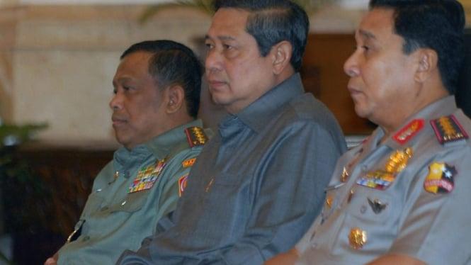 Presiden Susilo Bambang Yudhoyono diapit Panglima TNI dan Kapolri