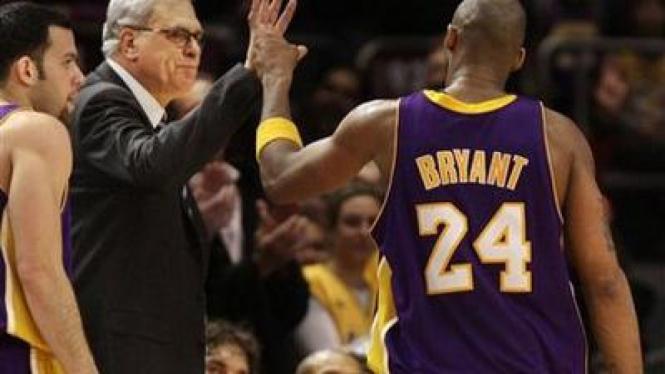 Pelatih Lakers Phil Jackson memberikan ucapan selamat pada Kobe Bryant