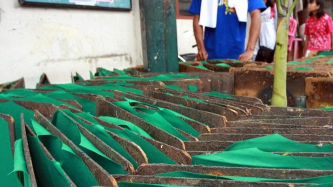 Menjemur Kaos yang Sudah Disablon Di Gerai Sablon Jl.Ibu Ruswo Yogyakarta