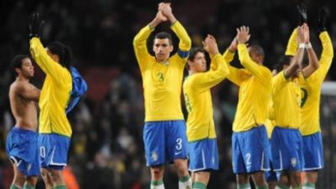 Pemain Brasil membalas dukungan penonton
