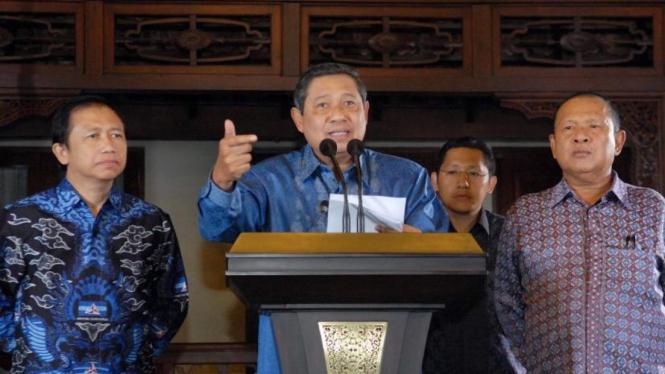 Susilo Bambang Yudhoyono diapit Marzuki Alie, Hadi Utomo & Anas Urbaningrum