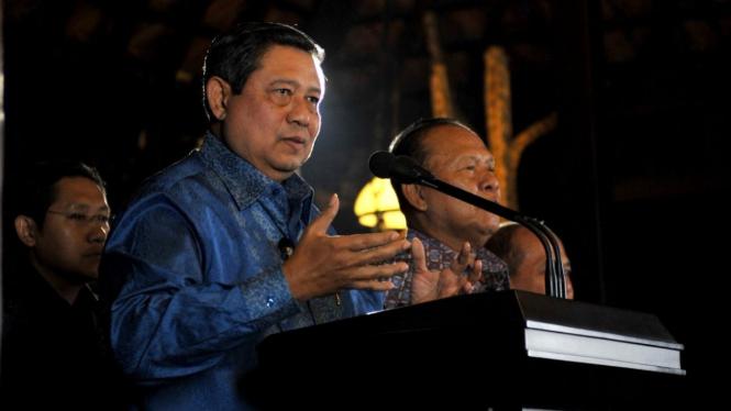 Yudhoyono didampingi Anas Urbaningrum (kiri) dan Hadi Utomo (kanan)