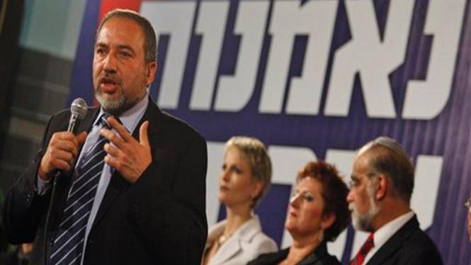 Avigdor Lieberman (kiri) bersama para pengikut Partai Yisrael Beiteinu