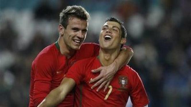 Cristiano Ronaldo (kanan) merayakan golnya bersama Eliseu