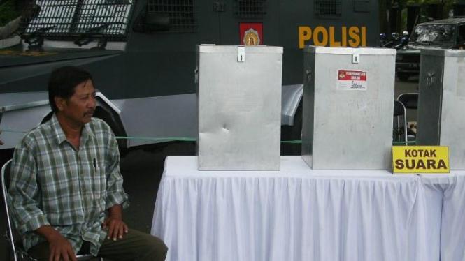 Ilustrasi simulasi pengamanan tempat pemungutan suara (TPS) Pemilu