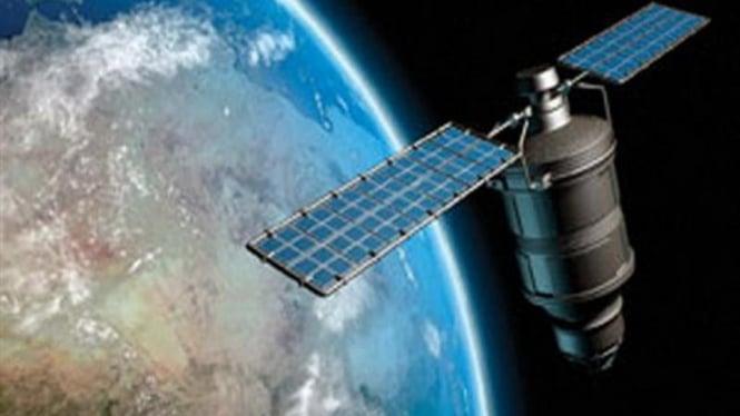 Gambar satelit Iridium mengorbit di atas bumi
