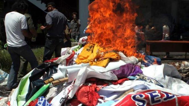 Bendera, baliho dan spanduk kampanye peserta Pemilu dimusnahkan di Manado