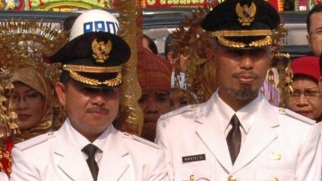 Walikota Padang Fauzi Bahar (kiri) bersama wakilnya Mahyeldi Ansharullah